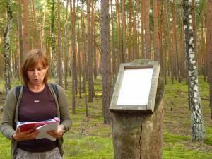 Naturführerin Kirsten Heidler auf der Lesefährte Waldweisen