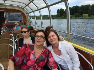 Kirsten und Sigrid auf dem Wassertaxi durch Potsdam